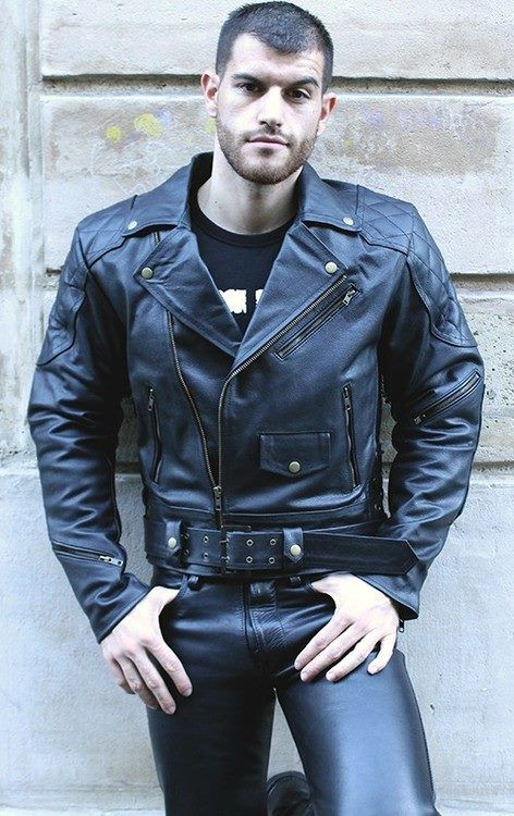 I love his complete look: the full leather, the t-shirt, belt, his short hair and beard.