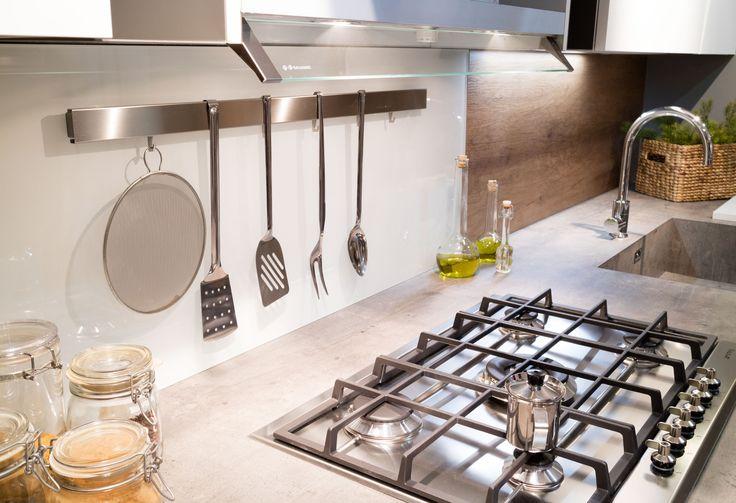 lo #schienale è interamente realizzato in vetro magnetico che permette di personalizzare lo #spazio di #lavoro in cucina , muovendo gli accessori dove vi fa più comodo. Questa scelta permette di non eseguire fori nei muri. #cucina #pianohpl #hpl #laccato #moderno #contemporaneo #vintage #stile #nordico #bianca #lavello #vetro #magnetico #personalizzato #progetti #interior #design #progetti #madeinitaly #elettrodomestici #STOSA