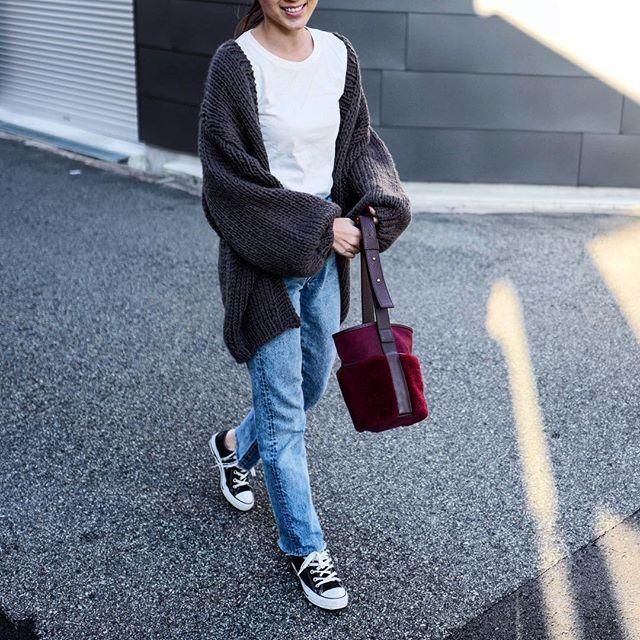 . いつかのご近所へ🚶♀️なsnap📸 . シンプルな格好の時にもBordeauxのmouton bagは ポイントになってくれます😍 ボルドーってほんとに万能色☝🏻⚡️ . mouton bag/Bordeauxが今月号の @meet_very でご紹介頂いてます❤ VERYさん、@yuccoxx さん ありがとうございます😭❤ 大好きな雑誌での掲載とても嬉しい❤ . . cardigan...#deuxiemeclasse  tops...#muji denim...#levis505  shoes...#converseallstar  bag...#AYAKO #AYAKObag . . #たくさんのご注文ありがとうございます❤ 残りわずかです💦 mouton bagの再入荷の予定はございませんので、気になって頂いておりましたらお早めにお願い致します✨