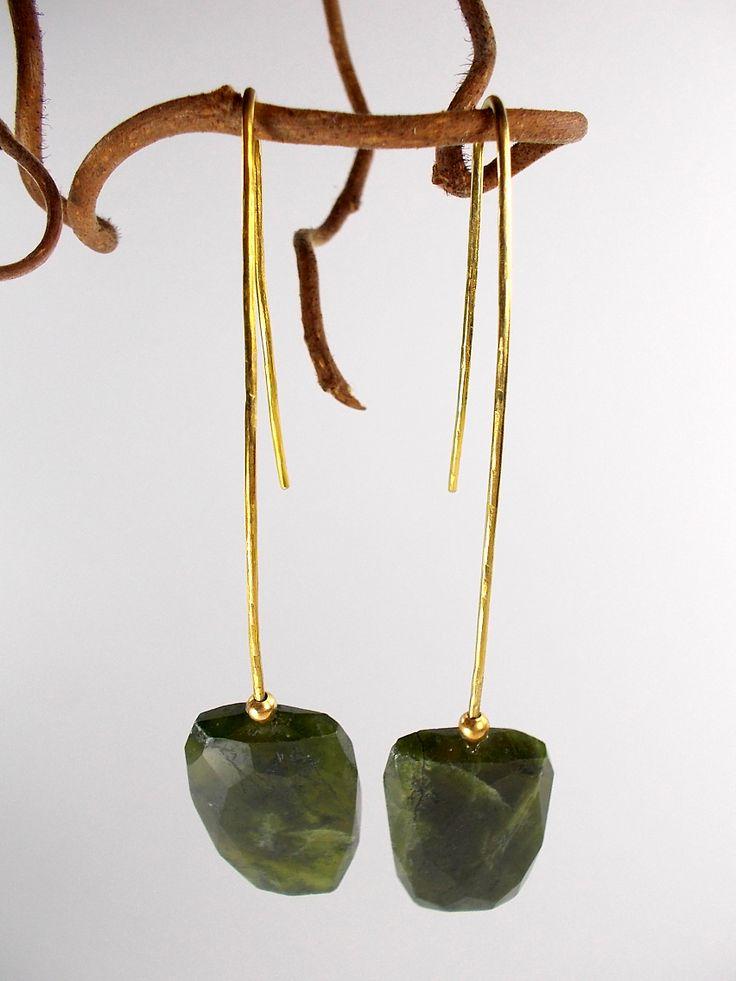"""Orecchini """"vela"""" in filo di ottone sagomato a mano e agata sfaccettata verde"""