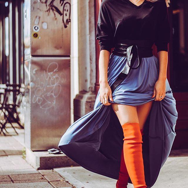 Une brise automnale. 🍂🍁🌬// Shop this look at joelledesaulniers.com // • • • • • #blueskirt #maxiskirt #falloutfits #streetstyle #redboots #blackbelt #womensfashion #casualstyle #autumn #blacksweater #streetlook #ootd #wiw #inspiration #styleinspo #instastyle #outfitpost