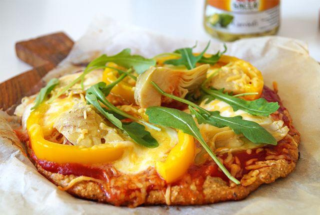 Wil je een makkelijke én superlekkere vegetarische pizza maken? Dan is deze met artisjok, mozzarella, rucola en paprika helemaal de goede keuze!