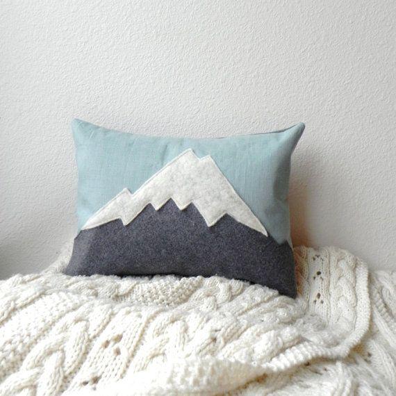 la montagne / / montagne lin  laine coussin par ThreeBadSeeds, $68.00