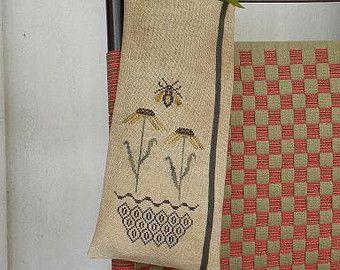 De Threadwork primitivas.  Este contó punto de cruz patrón es un diseño llamado ~ jardín de Nightingale ~. El patrón es para un diseño de Cruz apliques cosidos y lana. Viene completo con patrón de cubierta, carta de color totalmente detallada, lista de plantilla y la fuente. Diseño tamaño aprox: 10 1/2 W x 3 1/2 h Cosida en la ropa de cama de azotea de la lata 30ct de Weeks Dye Works utilizando la seda arte apacible y clásico Colorworks. Se proporciona una conversión de color para e...