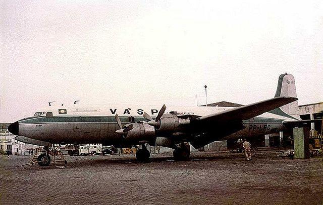 Cultura Aeronáutica: Túnel do Tempo: O Aeroporto de Congonhas / Os Douglas DC-6C da Vasp vieram do Lóide Aéreo. O pátio calçado com paralelepípedos ainda pode ser visto nas instalações, hoje abandonadas, da Vasp.