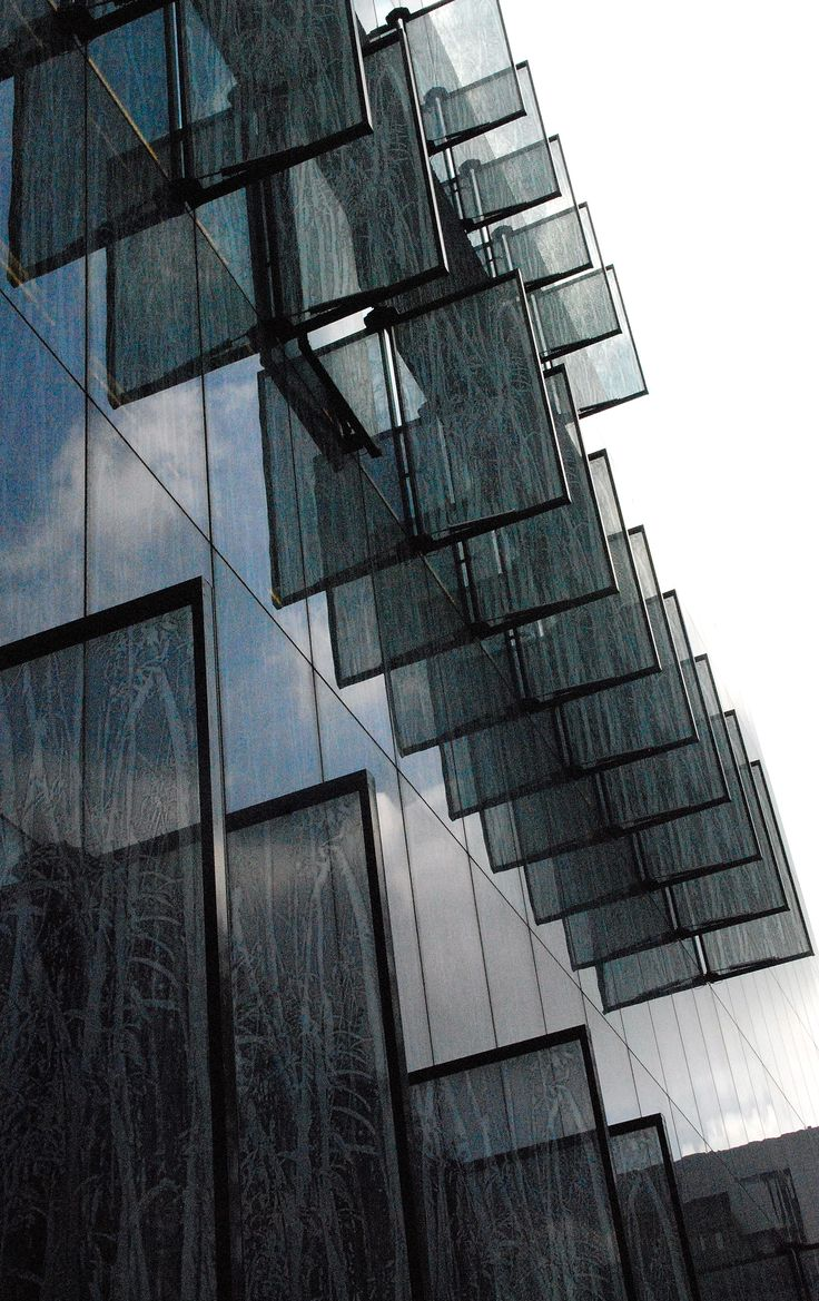 Dynamic facade shutters