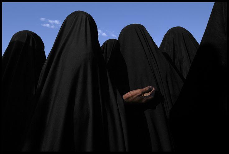 Un grupo de mujeres cubiertas con velo en Irak (2003). / JAMES NACHTWEY / AGENCIA CONTACTO