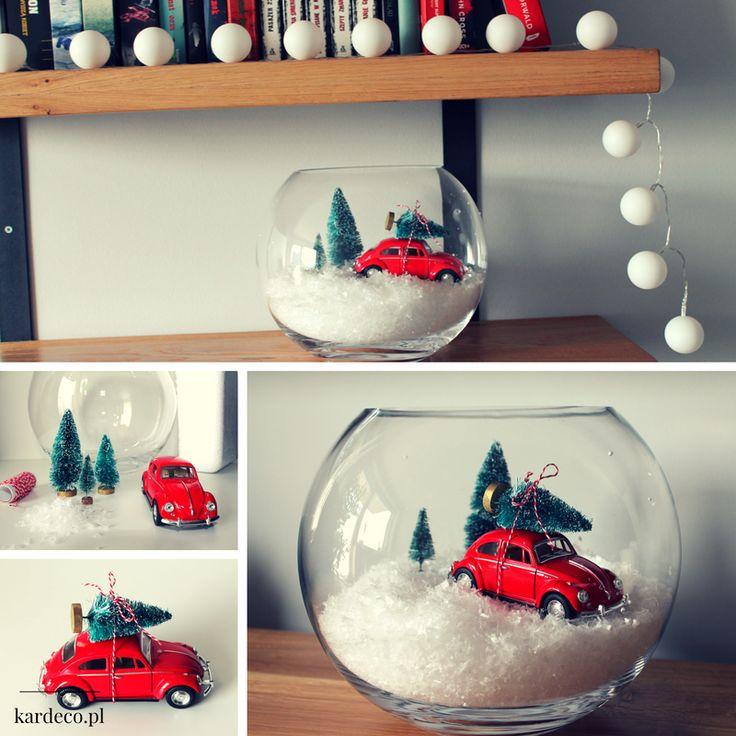 Mini samochód garbus. Świąteczny czerwony klimat. Zobacz jak wykorzystać szklana kule, wazon na święta. Sztuczny śnieg z choinkami. Christmas tree, Red car