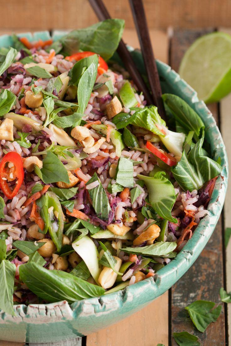 Aziatische rijstsalade - Glutenvrij en gezond, boordevol voedingsstoffen en makkelijk te combineren met gestoomde vis of te gebruiken als vitale lunch!
