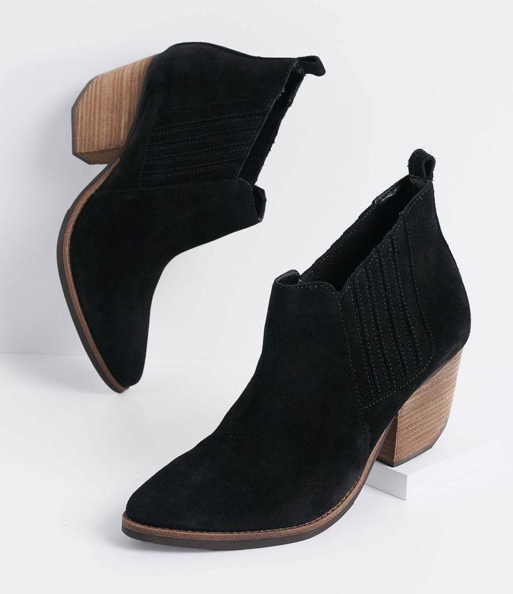 Bota feminina  Modelo cano curto  Marca: Satinato  Material: camurça       COLEÇÃO INVERNO 2016       Veja outras opções de    botas femininas.         Sobre a marca Satinato         A Satinato possui uma coleção de sapatos, bolsas e acessórios cheios de tendências de moda. 90% dos seus produtos são em couro. A principal característica dos Sapatos Santinato são o conforto, moda e qualidade! Com diferentes opções e estilos de sapatos, bolsas e acessórios. A Satinato também oferece para as…