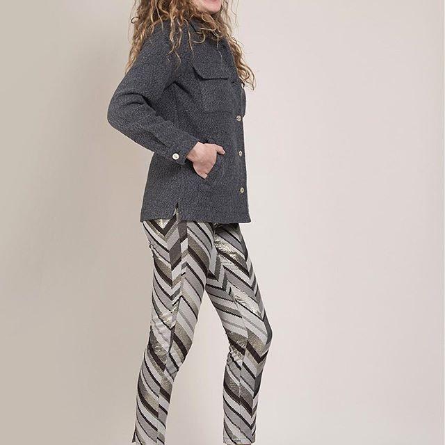 La météo l'a dit : l'automne est là ! C'est parfait pour porter notre veste Gine en 100% laine ; avec sa coupe rallongée de veste en jean et des boutons vintage Elle sera l'alliée de toutes vos tenues 😉 ... Retrouvez Gine en quantité limitée sur Fionavani.fr (lien dans notre bio). ... #Fionavani #fashion #frenchbrand #fall #style #cothing #premium #womenswear #womenstyle #shopping #look #Fw1718 #lookbook #collection #frenchgirls #frenchstyle #fashiondaily #dailylook #design #outfit #ootd…