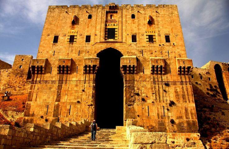 Vstup do citadely mesta Aleppo v Sýrii. Tieto fotografie vás presvedčia, že aj Sýria je prekrásna krajina #castle #syria #traveling #cestovanie #hrad