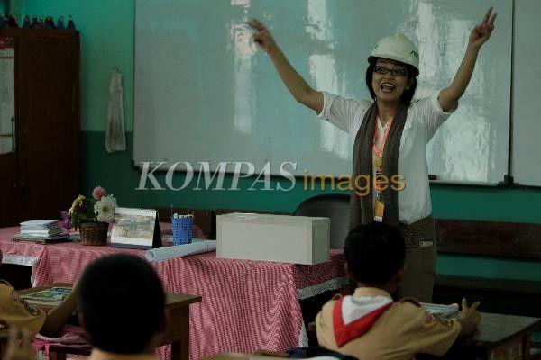 Astrid Susanti yang berprofesi sebagai arsitek, mengajar di Kelas Inspirasi di SD Negeri Kuningan Timur 01 pagi, Kuningan, Jakarta Selatan, Rabu (20/2/2013). Kegiatan yang digagas oleh Gerakan Indonesia Mengajar ini serentak dilakukan di enam kota yaitu Jakarta, Solo, Yogyakarta, Bandung, Surabaya dan Pekanbaru. Di Jakarta ada sekitar 596 pengajar yang diterjunkan ke 58 SD Negeri.