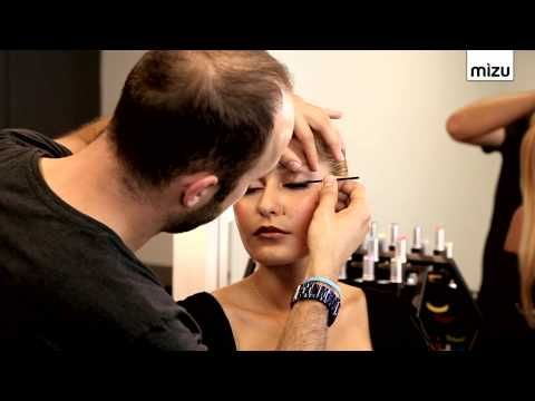 Make-up Artist Rıfat Yüzüak eyeliner sürme konusunda izleyicileri aydınlatıyor. Her kadının düzgün bir hat çekmek için bir hayli zorlandığı eyeliner nasıl sürülür uzmanımız sizler için anlatıyor.