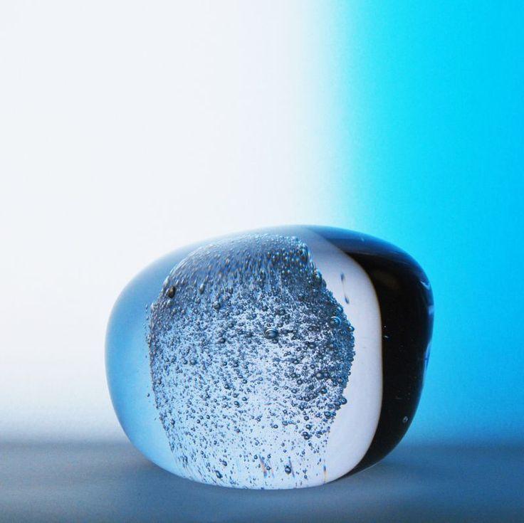 Ainut-muistoesine. Lemmikin tuhka näkyy lasin sisällä vaaleana kuplakoristeena. Voitte halutessanne valita myös värin, jota käytetään tuhkan kanssa tai valita kirkkaasta lasista valmistettavan muistoesineen. Tilaa osoitteesta www.uurnalemmikille.fi