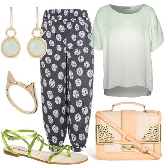 Pantalones pijama gris combinado con sandalias verde lima