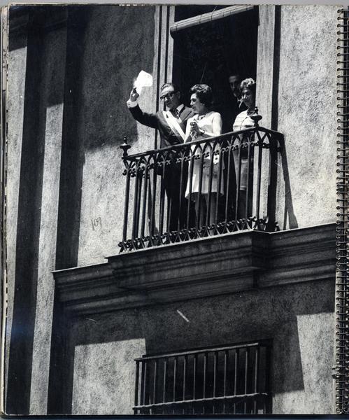 Presidente electo de Chile Salvador Allende saludando al pueblo desde el balcon de la moneda con la primera dama Hortensia Bussi