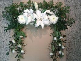 kvetinarstvi-praha-smutecni-vazba-pietni-kvetiny-ramec-lilie-chryzantemy