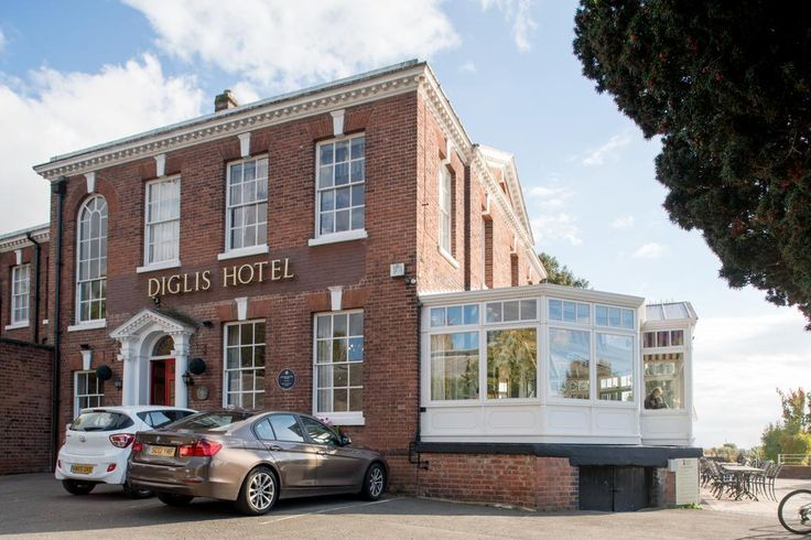 With views over the river, this riverside hotel is a 5-minute walk from Worcester city centre, and a 2-minute walk from the Royal Worcester Porcelain...
