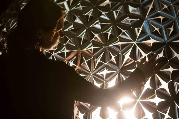Daan Roosegaarde ziet in de toekomst gebouwen voor zich waarvan de muren als een lotusbloem open- en dichtvouwen.