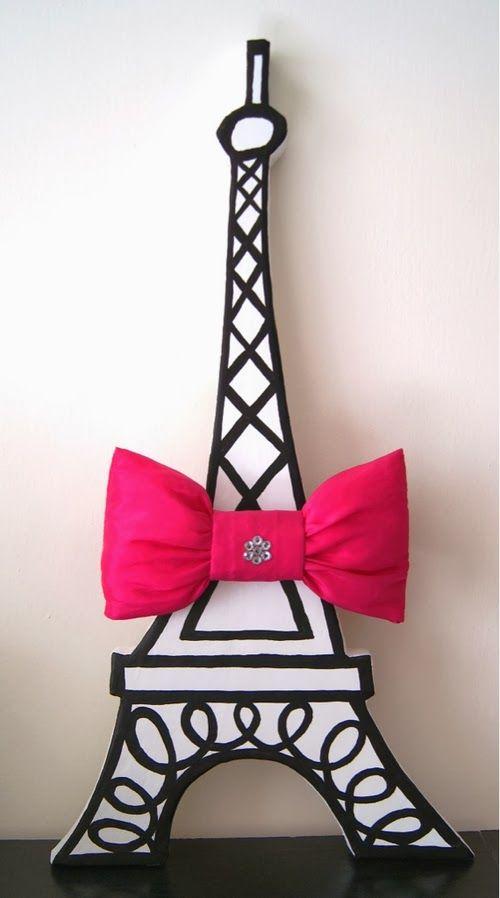 fotografia de manualidad de torre eiffel de paris con un gran lazo rosa