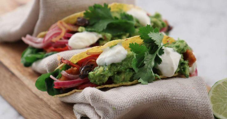 Garanterad fredagsmys-succé med tacos på halloumi! Vegetarisk tacoröra på svarta bönor, halloumi och paprika serveras med inlagd rödlök, avokadokräm, yoghurt och koriander.