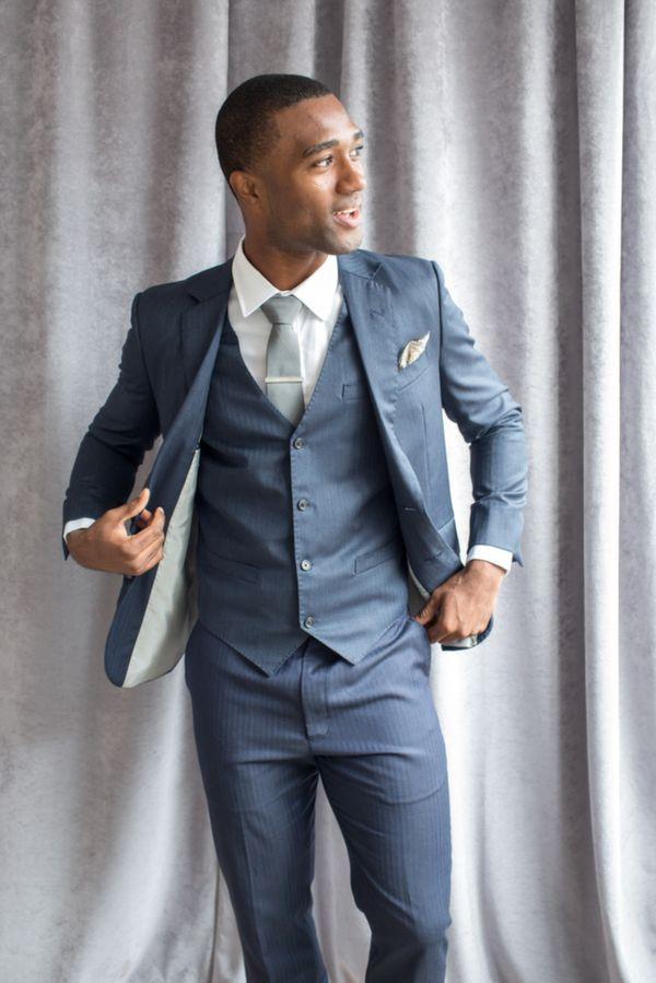 ブルーグレーのストライプスーツでステータスアップの着こなし。30代アラサー男性におすすめのスーツベスト。