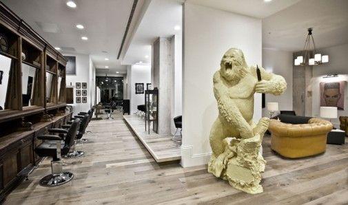 W Birmingham powstał salon fryzjerski Adee Phelan,słynnego fryzjera brytyjskich celebrytów,który łączy w sobie kicz pop-artu,meble vintage i wielkomiejski styl nowoczesnych przestrzeni.W założeniu wnętrze miało być rodzajem galerii sztuki,której dzieła można podziwiać również z fryzjerskiego fotela.Aranżacją wnętrza zajął się młody projektant Ryan Mc Elhinney. http://sztuka-wnetrza.pl/291/artykul/king-kong-u-fryzjera