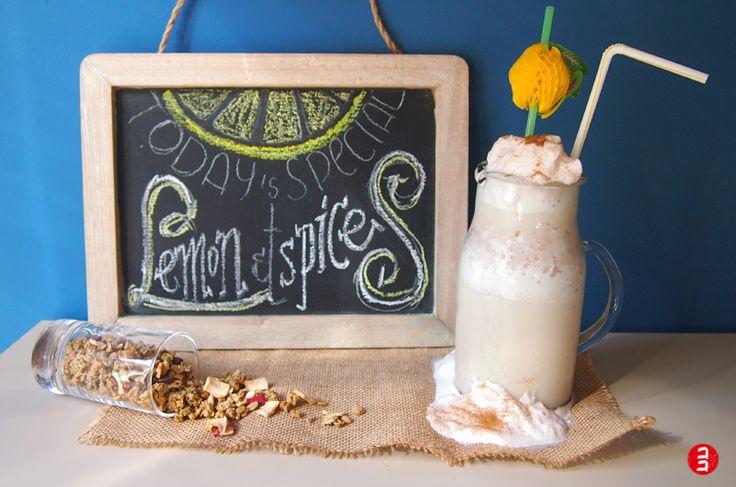 Lemon & Spices: Mezcla bien los ingredientes antes de añadir el hielo, prueba si están bien de sabor y, entonces bate con el hielo. Otro truco es hacer cubitos de hielo con leche azucarada para que no se agüe el smoothie.Estos son los ingredientes:– 1/2 litro de leche de almendras – el zumo de 1/2 limón – 2 cucharadas grandes de azúcar moreno – canela – jengibre – gotitas de esencia de vainilla – hielo o cubitos de hielo hechos con leche