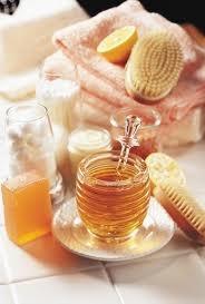 Honing is een waar beauty product. Vanwege zijn ontstekingsremmende en hydraterende werking. Je kan er een masker van maken, maar honig is ook goed om op je schrale lippen te smeren. Het hersteld de huid.  Hoe maak je een honing masker:  Meng 1 theelepel honing en yoghurt met elkaar en klaar is je masker. Heb je een droge huid, dan kan je ook 2 theelepels honing gebruiken. Als je een wat hardere honing hebt, kan je die smeerbaarder maken door hem een paar minuutjes op te warmen in de…