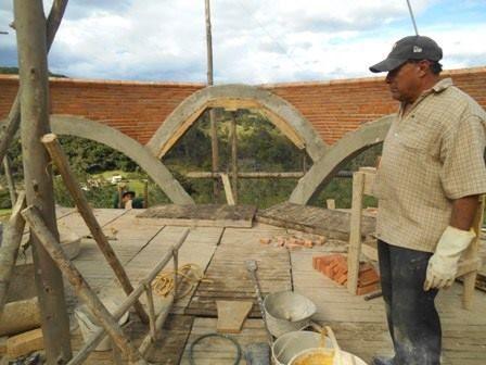 cúpula sin formaleta hecha por Nacho Dorantes, bovedero mexicano con experiencia de 30 años y mas de 50.000 m2 de construcción de estas cubiertas.