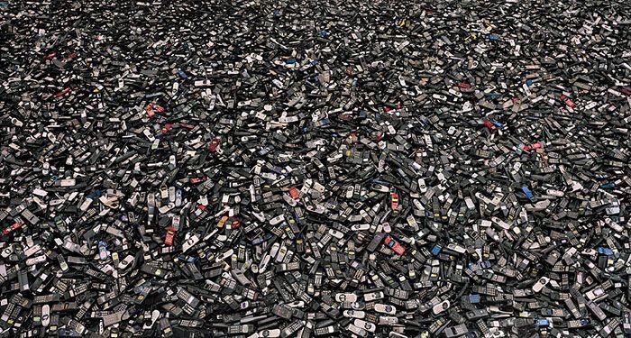 #Obsolecencia Programada by Cosima #Dannoritzer. Comprar, tirar, comprar. Baterías que se 'mueren' a los 18 meses de ser estrenadas, impresoras que se bloquean al llegar a un número determinado de impresiones, bombillas que se funden a las mil horas ¿Por qué, pese a los avances tecnológicos, los productos de consumo duran cada vez menos? click 2 view 52:17 TVE