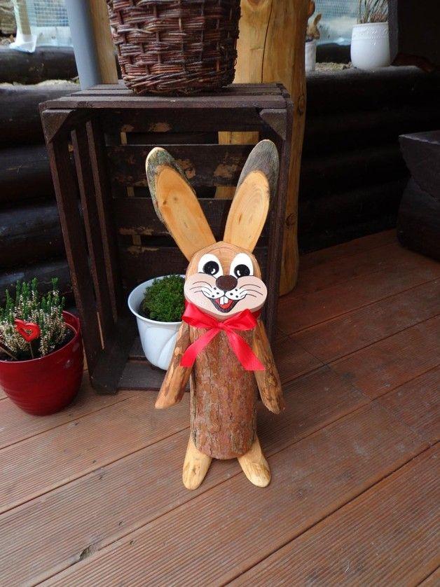 Achtung: zum Verkauf steht der 3. Hase von links.  dekorativer Baumstamm Osterhase aus Lärchenholz , die Oberfläche des Baumstammes wurde leicht überschliffen. Die Hasen bestehen aus 3...