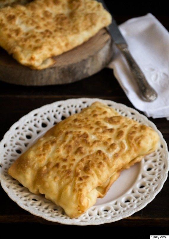 H τυρόπιτα, η καλή, η σπιτική ειδικά με το χειροποίητο σπιτικό φύλλο και ψημένη στο φούρνο είναι προφανώς η βασίλισσα κάθε πίτας του κόσμου.