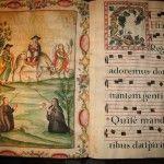 Exposición de cantorales adornados con letras y notas musicales para interpretaciones de misas, oficios de sepultura, festividades de santos y oraciones.
