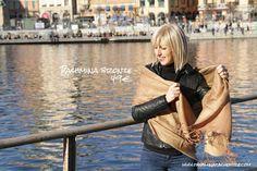 L'écharpe marron glacé aux reflets bronze en laine douce et chaude. Camel, light brown wool pashmina scarf shawl stole.