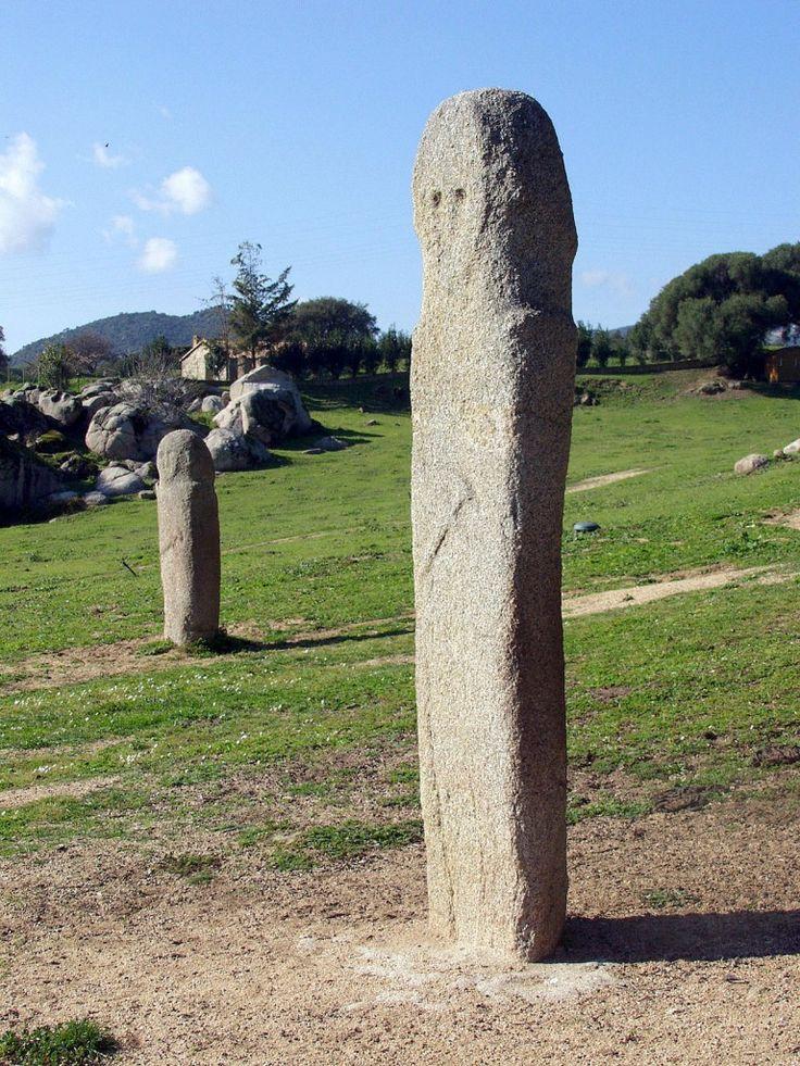 Statue-menhir, Filitosa. Les tailleurs de pierre ont bâti ici le plus grand centre de l'art statuaire de Corse. Symbole phallique selon certains; pour l'archéologue Roger Grosjean, les statues-menhirs représenteraient les guerriers Shardanes (« Peuple de la mer ») alliés des Philistins qui s'attaquèrent puis s'allièrent à l'Egypte pharaonique entre le XIVe et le XIIe siècle avant J.C. Les sculpteurs mégalithiques auraient immortalisé dans la pierre la force de ces guerriers.