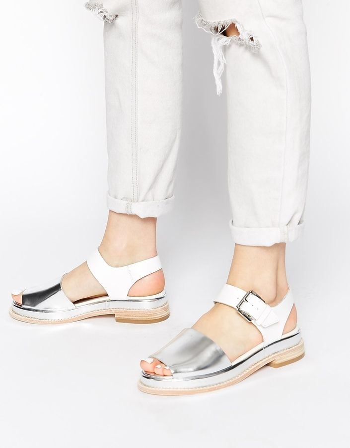 €147, Sandalias Planas de Cuero Plateadas de Clarks. De Asos. Detalles: https://lookastic.com/women/shop_items/193586/redirect