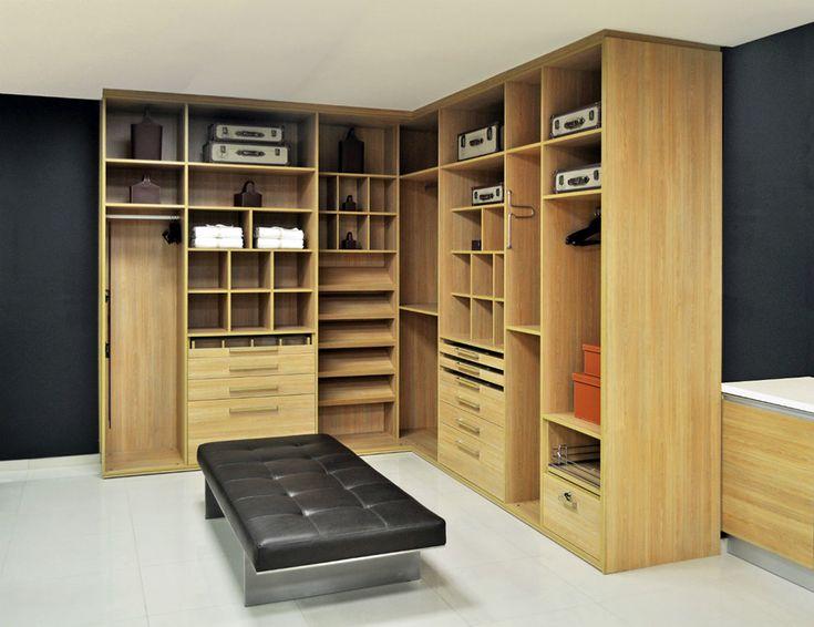 <span>Hoy se prefieren los estantes para tener todo a la vista, reservando los cajones para ropa interior (vestidor en roble Natura Touch, de…
