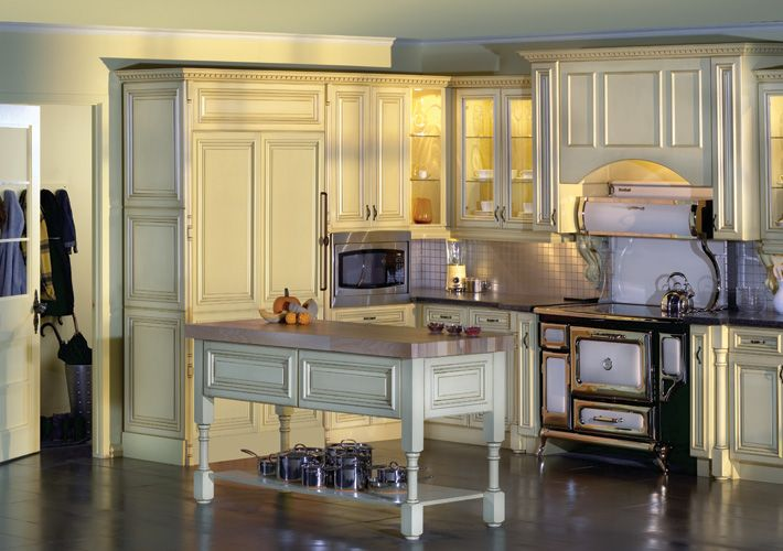 Expressive Traditional Kitchen in Off-White