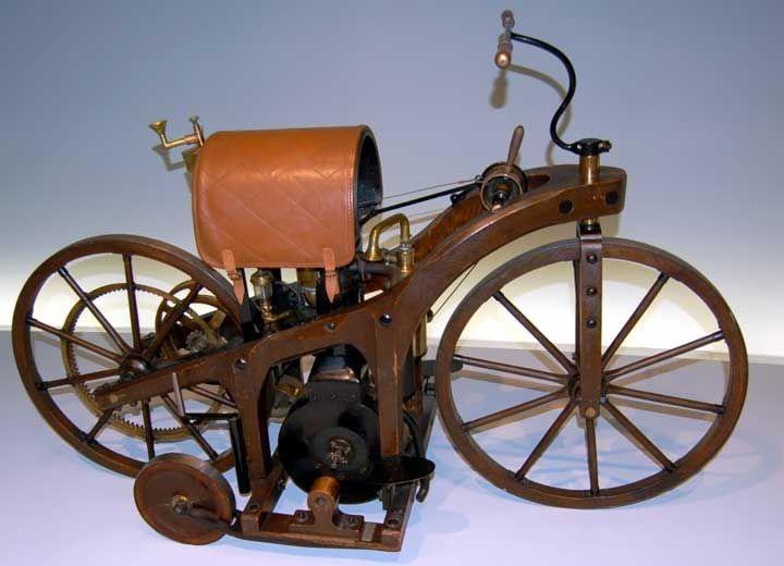 È il 16 marzo 1869 la data cui si fa risalire l'invenzione della motocicletta. In questa data infatti l'ingegnere francese Louis-Guillame Perreaux deposita il brevetto n. 83691 che riporta l'invenzione di un veicolo alimentato a vapore su due ruote e che Perreaux chiamò Vélocipede à Grande Vitesse. Per il motore a combustione interna si dovranno attendere altri vent'anni e la sua realizzazione va ..