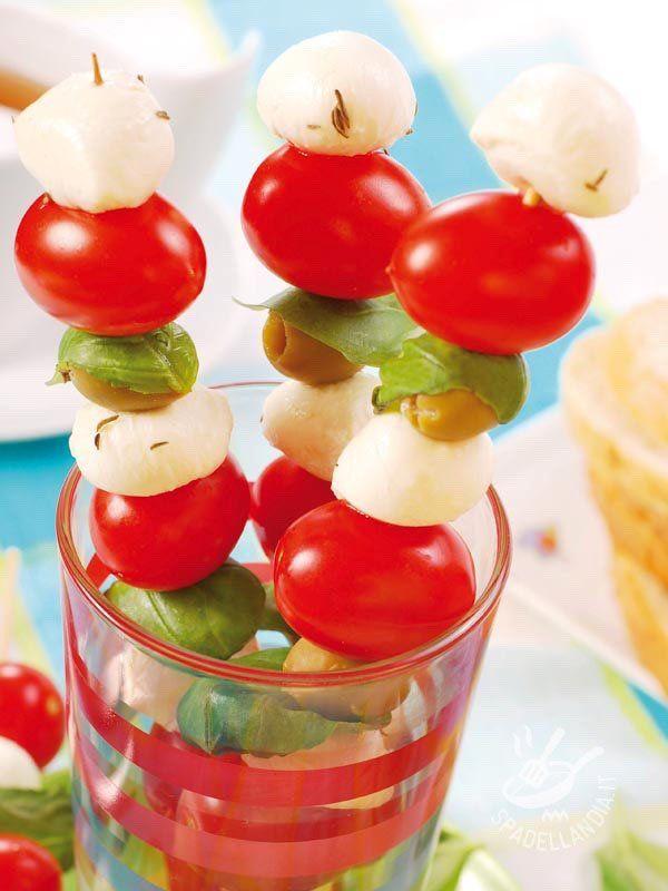 Gli Spiedini mozzarella e pomodoro sono un antipasto facilissimo e super veloce. PIaceranno anche alle feste di compleanno, ai brunch o ai buffet!