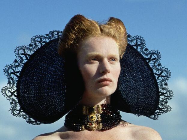 Zeeuwse kap van zwart kant, geïnspireerd op de Zuidbevelandsche schelpmuts en speciaal voor de modereportage Zeemeerminnen in 1991 voor tijdschrift Avenue gemaakt