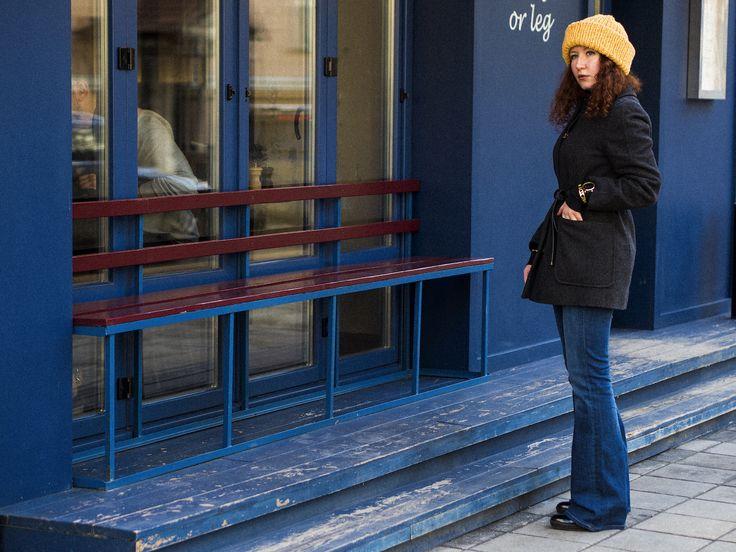 anna okonishnikova enn franco says fashion blogger lifestyle blogger fashion outfit ootd blue flared jeans orange hat gvozdishe knitting модный блогер лайфстайл блогер анна оконишникова синие джинсы клеш оранжевая шапка от Лидии Фроловой gvozdishe вязание