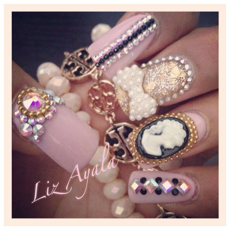 Uñas rosa, negro y oro con camafeo y moño en perlas. Liz Ayala