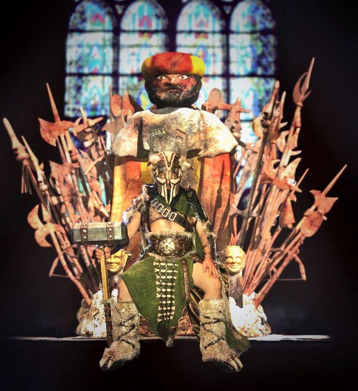 Los Salvajes reclaman su trono de nuevo.   Montaje que hace parodia al premio a mejor escuadra especial de las fiestas de moros y cristianos de villena y a la serie de tv Juego de Tronos.  El trono es el que se utilizó para la parodia de Juego de Tronos Villenero, que consta de 6 capitulos y se puede ver en YouTube.