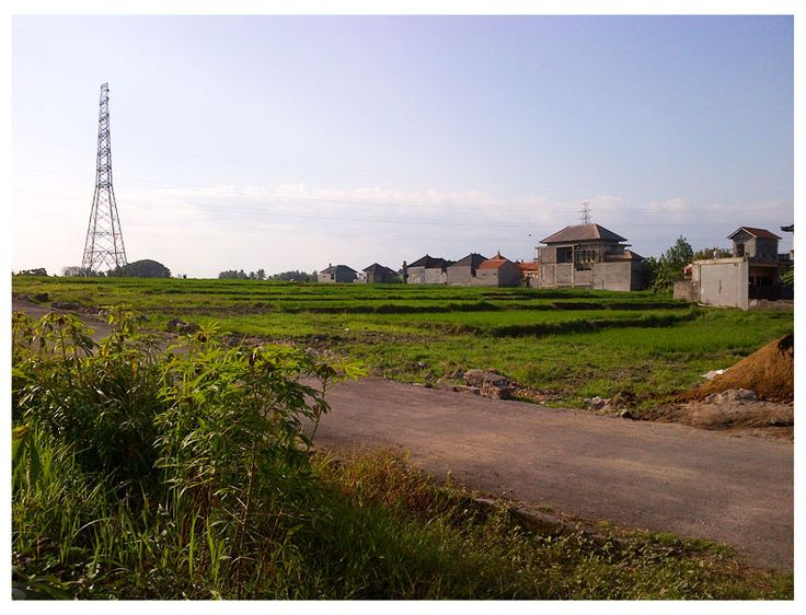 Tanah Kavling dekat RSUD Kapal Mengwi Bali terletak hanya 300m dari RSUD Kapal dan jalan raya Gilimanuk Denpasar Bali. Lingkungan nyaman perumahan dengan jalan masuk yang lebar.  Kavling tanah yang ditawarkan mulai luas 100m2 dengan memebri kesempatan kepada pembeli menentukan jumlah luasan yang diinginkannya. Harga yang ditawarkan  - Harga : Rp 425.000.000 /are  Hubungi Kavling Tanah Bali, untuk konsultasi dan survey, di nomor : 0361 743 2515 / 08579 234 1172