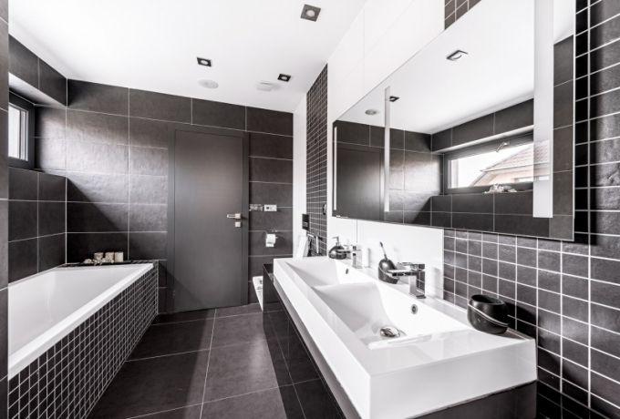 Oba dětské pokoje propojuje koupelna s dvojumyvadlem, vanou a sprchovým koutem. Obklady a dlažba jsou od značky Rako