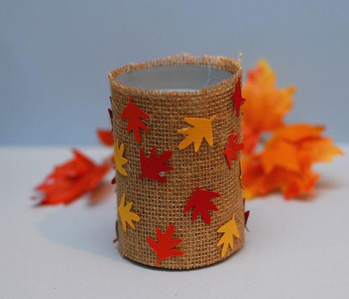 idée comment recycler une boite de conserve enveloppée de bande de toile de jute avec petites feuilles mortes decoratives, bricolage automne enfant