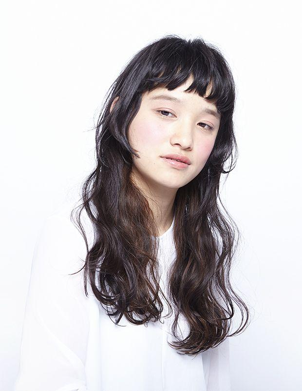 柔らかく大きなウエーブと、パツンとした前髪のコントラストが心地いいヘアスタイル。 弾力のある大きめのウエーブはホットパーマで作ります。ウエットで艶っぽい質感が、夏を感じずにはい...